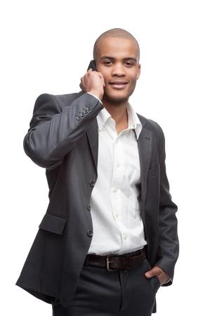giovani sorridenti uomo d'affari nero che parla al cellulare isolato su bianco Archivio Fotografico