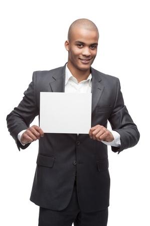 jungen fr�hlichen schwarzen Gesch�ftsmann h�lt Zeichen auf wei�em isoliert