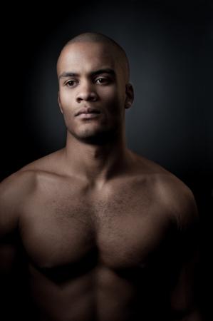 junge gezielte schwarze Athlet h�lt Basketball Ball auf Gradienten grauen Hintergrund Lizenzfreie Bilder