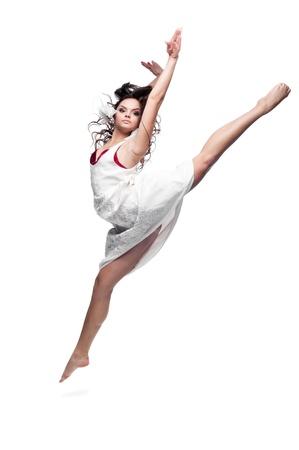 caucasica bella donna bruna in abito bianco ballare isolato su sfondo bianco