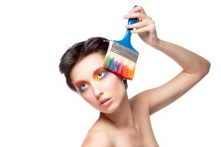 maquillaje de fantasia: hermosa mujer con maquillaje de fantas�a sosteniendo el pincel. aislado en blanco