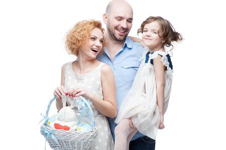 caucasico famiglia felice casual con cesto di Pasqua isolato su bianco