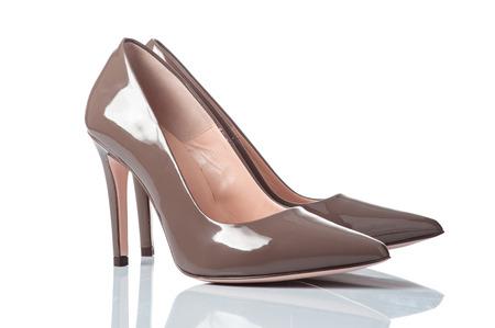 Paar beige lackiert Leder weiblichen Schuhen mit hohen Abs�tzen. isoliert auf wei� Lizenzfreie Bilder