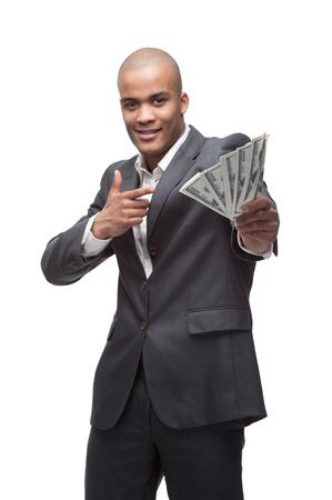 giovane uomo d'affari allegro nero azienda e che punta a soldi isolato su bianco