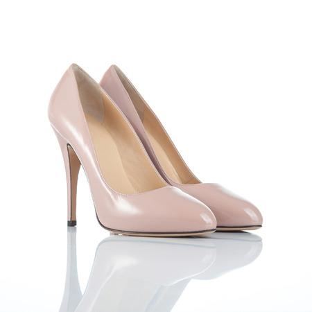 Paar beige lackiertem Leder weiblichen Schuhen mit hohen Abs�tzen. isoliert auf wei�em