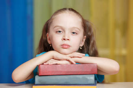 Little girl holding pile of books. back to school Stockfoto