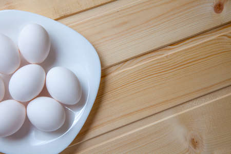 huevo blanco: Huevos de granja frescos en un fondo de madera rústica