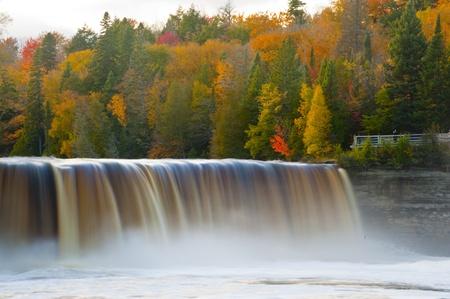 Tahquamenon falls in Fall Michigan 版權商用圖片
