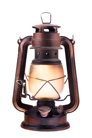 燃える光を伴うガスランタンは、白い背景に隔離された。アンティークのヴィンテージランプ。ヒップスターアクセサリー。キャンプライト。イン