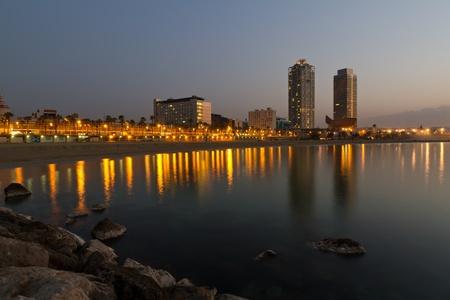 barcelone: Aper�u de Barcelone en Espagne � Mananecer, pris de la plage de Barceloneta.