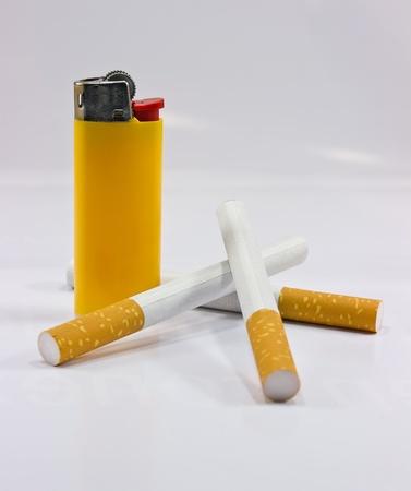 tabaco: Tabaco y el encendedor, cigarrillos y tres m�s ligeras Foto de archivo
