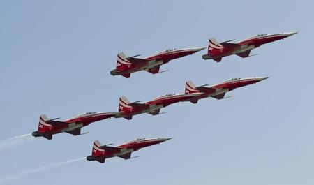cel: Barcellona - 2 ottobre: Non identificato pilota eseguire acrobazie durante la manifestazione aerea piano festival Festa al Cel, su 2 ottobre 2011, a Barcellona, Spagna.