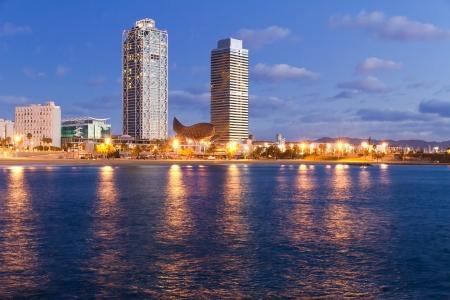 barcelone: Aper�u de Barcelone en Espagne au Mananecer, tir� de la plage de Barceloneta.