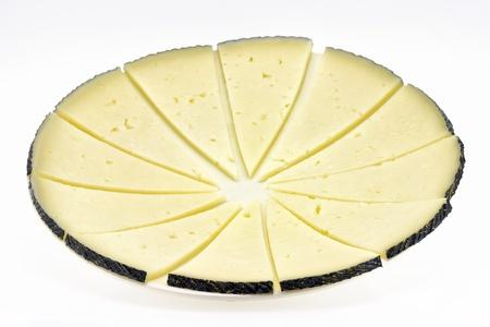 tapas espa�olas: algunas rebanadas de queso manchego, t�pico de Espa�a, aislado en un fondo blanco