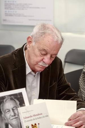 Barcelona, Spain - April 23, 2013: Eduardo Mendoza author,Signing his book, El enredo de la bolsa y la vida, National Day of the Book  the Book Sant Jordi in Barcelona April 23, 2013 新聞圖片