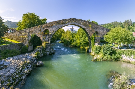 covadonga: Old Roman stone bridge in Cangas de Onis, Spain  Stock Photo