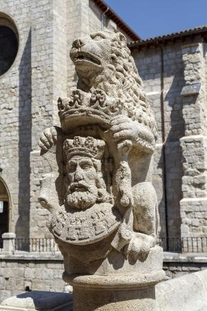 cara leon: Leon decoraci�n puente de piedra her�ldico sobre el R�o San Juan Vena en Burgos, Espa�a Foto de archivo