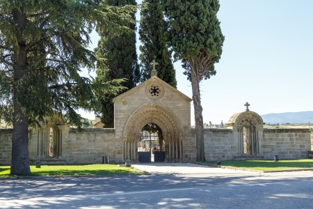 In Navarrete in the Camino de Santiago is one of the most important monuments of Romanesque architecture of the Rioja. In the beginning was the cover of the monastery of San Juan de Acre, founded in 1185, the cover and two windows were moved to serve as i