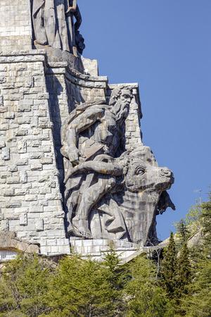 El Valle de los Caídos 27898070-las-esculturas-de-juan-de-%C3%81valos-en-la-cruz-del-valle-de-los-ca%C3%ADdos-valle-de-los-ca%C3%ADdos-madrid-espa%C3%B1a