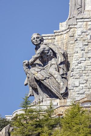 El Valle de los Caídos 27898072-las-esculturas-de-juan-de-%C3%81valos-en-la-cruz-del-valle-de-los-ca%C3%ADdos-valle-de-los-ca%C3%ADdos-madrid-espa%C3%B1a