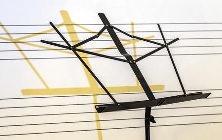 pentagrama musical: partituras de pie con la sombra en el fondo de pentagrama musical pizarra Foto de archivo