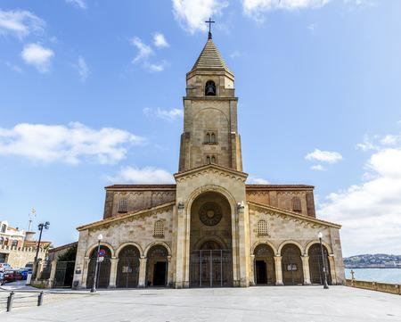 IGLESIA: La iglesia de San Pedro en Gij�n en Asturias, Espa�a Foto de archivo