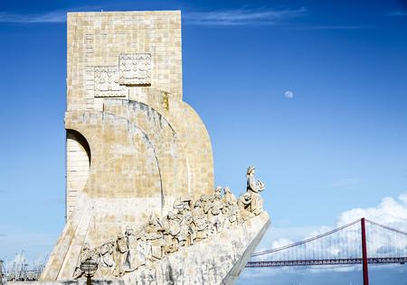 descubridor: Monumento a los Descubrimientos - monumento en forma de barco de piedra blanca que graniza Prince Henry y el portugués que descubrió los caminos del mar, Portugal Foto de archivo