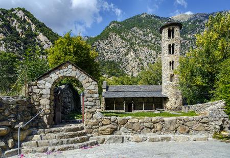Iglesia de Santa Coloma de estructura pre-románica en Andorra. El paisaje cultural del valle de Madriu-Perafita-Claror es Patrimonio de la Humanidad de la UNESCO Foto de archivo - 66901736