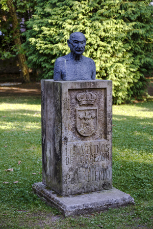 autonomia: Cabezón de la Sal, España - 24 de agosto de, 2016: Estatua homenaje a Pepe Hierro por los vecinos de Cabezón de la Sal en Cantabria España