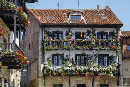 스페인 칸타 브리아에있는 Santillana del Mar의 중세 마을의 전형적인 집 발코니 스톡 콘텐츠