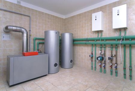 Stookruimte met een verwarmingssysteem in een prive-huis Stockfoto