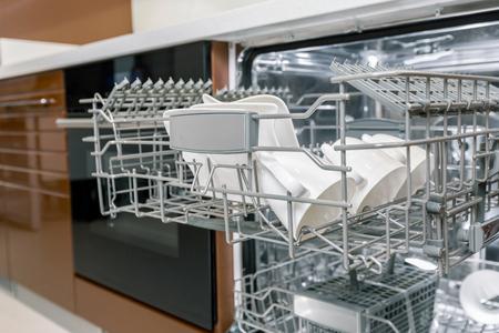 lavaplatos: Limpie los platos en lavavajillas abierto Foto de archivo