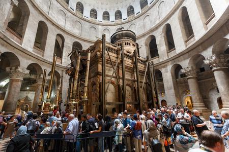エルサレム, イスラエル - 2016 年 4 月 6 日: 巡礼者や観光客は、聖墳墓、エルサレム、イスラエルの世界最大のキリスト教神社の教会で Aedicule を入力