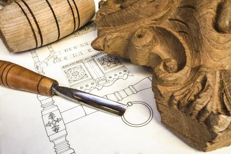 muebles de madera: tallado en madera con las herramientas de trabajo, aislado Foto de archivo