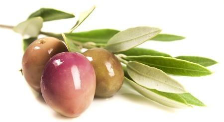 olive leaf: aceitunas y hojas en el fondo blanco Foto de archivo