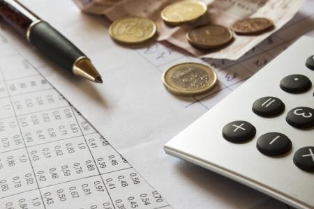 dichiarazione: composizione finanziaria sul tavolo con i soldi, calcolatrice e penna Archivio Fotografico