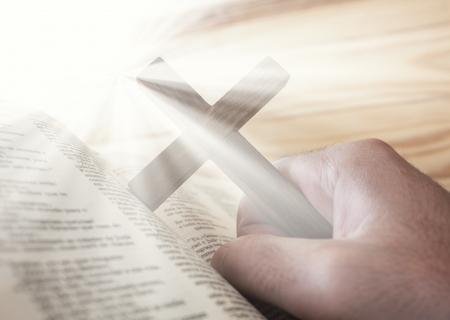 confirmacion: hombre que sostiene la cruz con la luz de la Biblia y lo divino