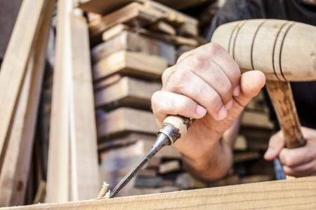 artesano: arrancar madera cincel herramienta de carpintero que trabaja fondo de madera Foto de archivo