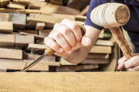 cincel: arrancar madera cincel herramienta de carpintero que trabaja fondo de madera Foto de archivo