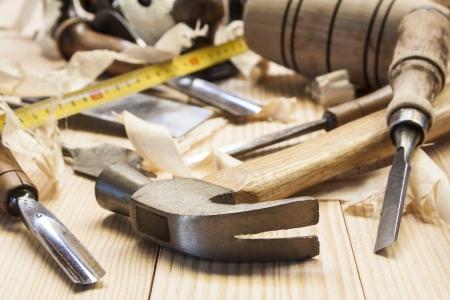 carpintero: Herramientas del carpintero en la tabla de madera de pino