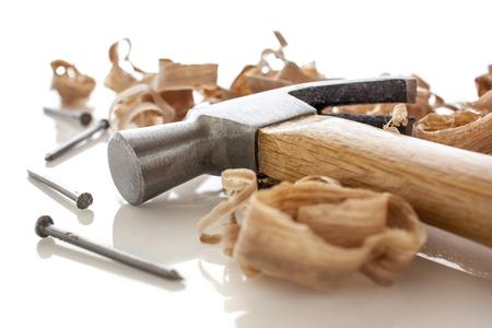furniture hardware: martillo y clavos en un tablero de madera con aserr?n