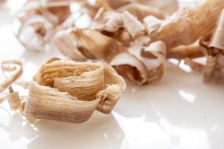 desechos organicos: virutas de madera sobre fondo blanco