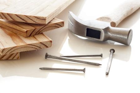 furniture hardware: Los tablones de madera con martillo y clavos sobre fondo blanco