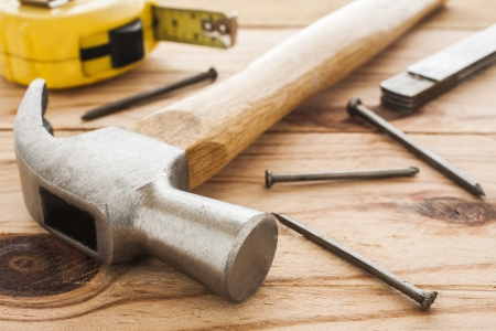 renovation de maison: outils de charpentier hummer, ruban � mesurer, ruller et des ongles Banque d'images