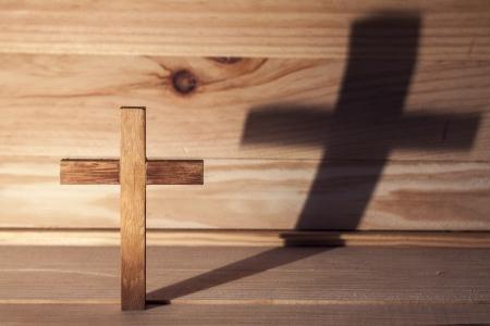 cruz de jesus: Cruce mesa de madera con la sombra