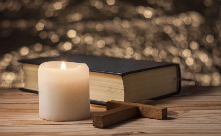 candela vecchio su un tavolo di legno Archivio Fotografico