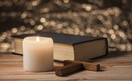 cristianismo: vela viejo en una tabla de madera