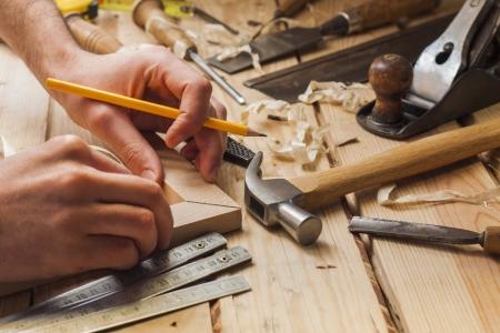 menuisier: charpentier de travail, marteau, m�tre et tournevis sur fond de construction