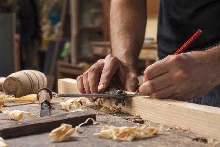 목수의 손을 나무 판자의 측정을 복용 스톡 콘텐츠