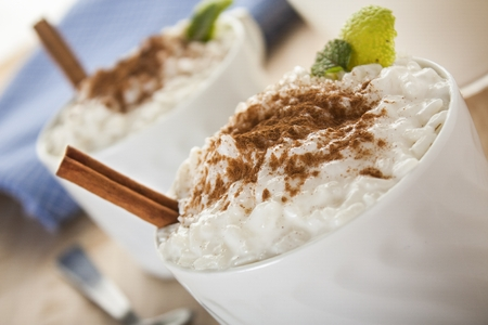 Creamy rice pudding sprinkled with cinnamon Imagens
